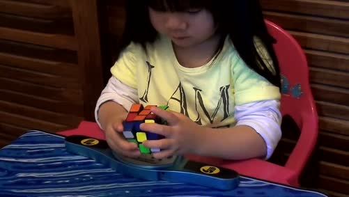 2 years old girl Youngest Rubik's Cube Solver -70 seconds